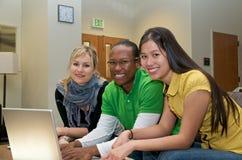Kursteilnehmer auf Campus Stockbilder