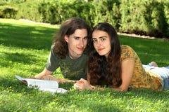 Kursteilnehmer auf Gras Stockfotografie
