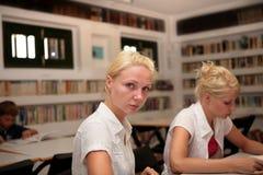 Kursteilnehmer in der Bibliothek Stockbilder