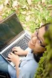 Kursteilnehmer, der an einem Laptop arbeitet Stockbilder