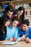 Kursteilnehmer in der Hochschulbibliothek Lizenzfreies Stockfoto