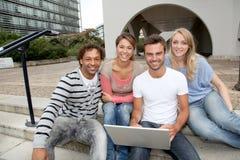 Kursteilnehmer in der Hochschule mit Computer lizenzfreie stockfotos
