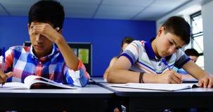Kursteilnehmer, der im Klassenzimmer studiert stock footage
