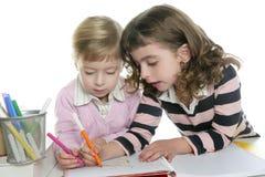 Kursteilnehmer der kleinen Schwester zwei, der Heimarbeit tut Lizenzfreie Stockbilder