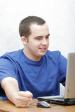 Kursteilnehmer, der an seinem Laptop arbeitet Lizenzfreies Stockbild