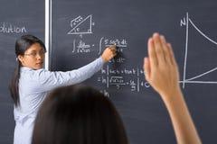 Kursteilnehmer, der zum Lehrer fragt Stockfotografie
