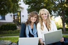 Kursteilnehmer, die auf Laptop-Computer studieren Stockbilder