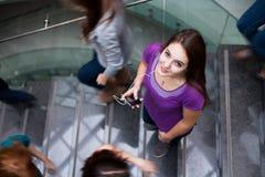 Kursteilnehmer, die auf und ab ein besetztes Treppenhaus hetzen stockbilder