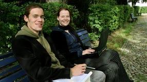 Kursteilnehmer, die draußen erlernen Lizenzfreie Stockfotos