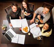 Kursteilnehmer, die für Prüfungen sich vorbereiten Lizenzfreies Stockfoto