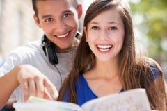 Kursteilnehmer, die ihre Bücher anhalten Stockfotos