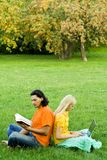 Kursteilnehmer, die im Park studieren Stockfoto