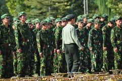 Kursteilnehmer, die militärische Ausbildung tun Stockbilder