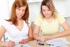 Kursteilnehmer, die am Schreibtisch erlernen lizenzfreie stockfotos