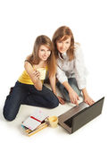 Kursteilnehmer, die zusammen Heimarbeit tun Lizenzfreies Stockfoto