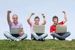 Kursteilnehmer draußen mit Laptopen Lizenzfreie Stockbilder