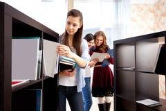 Kursteilnehmer in einer Bibliothek Stockbild