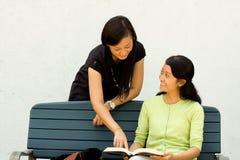Kursteilnehmer genießen, ein Buch zu behandeln stockfoto