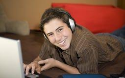 Kursteilnehmer glücklich und Studieren Lizenzfreie Stockbilder