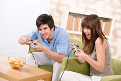 Kursteilnehmer - glückliche Jugendliche, die Videospiel spielen Lizenzfreie Stockfotos