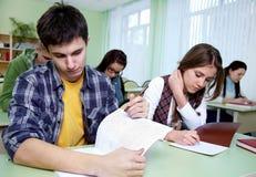 Kursteilnehmer im Klassenzimmer Stockbilder