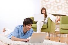 Kursteilnehmer - Jugendlicher zwei mit Laptop im Wohnzimmer Lizenzfreies Stockfoto