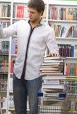 Kursteilnehmer kauft in einer Buchhandlung Stockbild