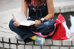 Kursteilnehmer liest Buch Stockfoto