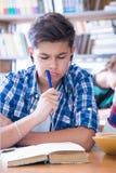 Kursteilnehmer liest Buch Lizenzfreies Stockfoto