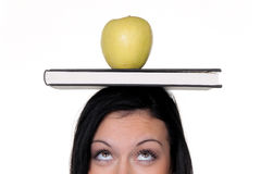 Kursteilnehmer mit Apfel und Bücher auf dem Lernen Lizenzfreies Stockfoto