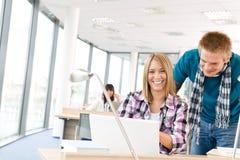 Kursteilnehmer mit Büchern und Laptop im Klassenzimmer Stockfoto