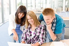 Kursteilnehmer mit Büchern und Laptop im Klassenzimmer Stockbilder