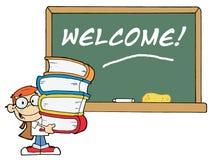 Kursteilnehmer mit Büchern vor Schule-Kreide-Vorstand Stockbild