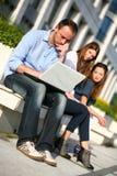 Kursteilnehmer mit dem Laptopdenken Lizenzfreies Stockbild