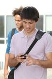 Kursteilnehmer mit Handy lizenzfreie stockfotos