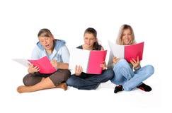 Kursteilnehmer mit Notizbüchern Stockbild