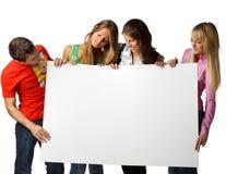 Kursteilnehmer mit unbelegtem Zeichen Stockfoto