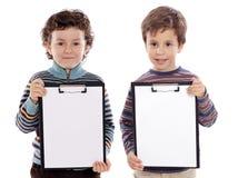 Kursteilnehmer mit zwei schöner Jungen mit Notizblock Lizenzfreie Stockfotos