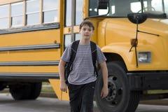 Kursteilnehmer nahe dem Schulbus stockbild
