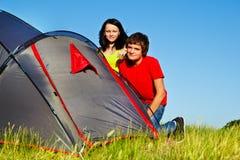 Kursteilnehmer neben touristischem Zelt Stockfotos