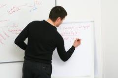 Kursteilnehmer schreibt auf den Vorstand Lizenzfreie Stockbilder