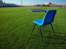 Kursteilnehmer-Schreibtisch auf Fußballplatz an der Schule Stockfoto