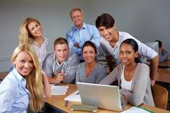 Kursteilnehmer und Lehrer im Kurs Stockfoto