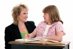 Kursteilnehmer und Lehrer am Schreibtisch Lizenzfreies Stockfoto