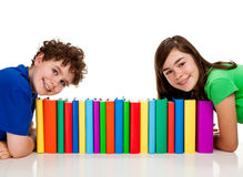 Kursteilnehmer und Stapel der Bücher Stockfoto