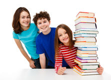 Kursteilnehmer und Stapel der Bücher Lizenzfreie Stockbilder