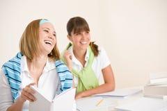 Kursteilnehmer zu Hause - studieren junge Frau zwei zusammen Stockfotos