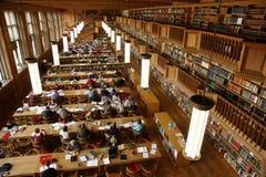 Kursteilnehmerbibliothek stockbilder