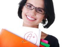 Kursteilnehmerfrau, die ihr Prüfungresultat zeigt Stockfotografie