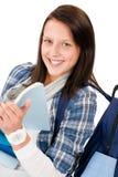 Kursteilnehmerjugendlichmädchen mit Schultasche las Bücher Lizenzfreie Stockbilder